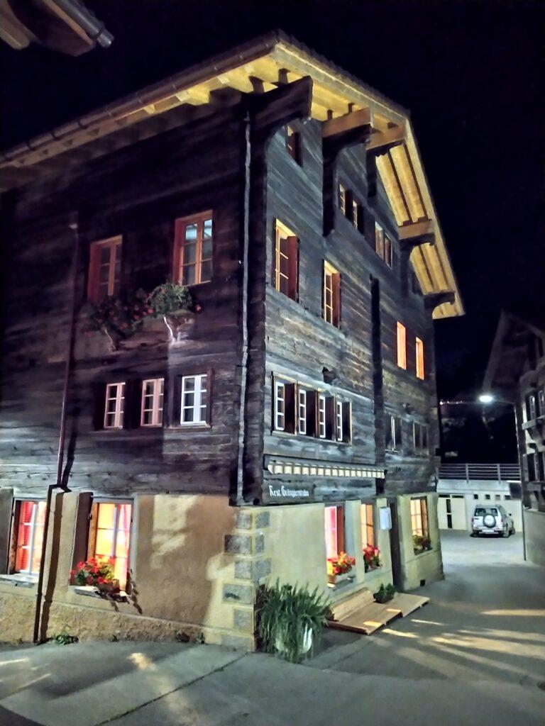 Restaurant Grängjerstuba Grengiols Walliser Spezialitäten Aletsch Goms aussen bei Nacht